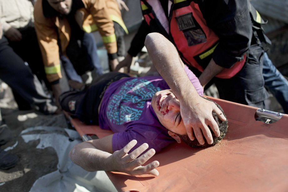 Un jeune Palestinien est secouru à la suite du bombardement... | 2012-11-19 00:00:00.000