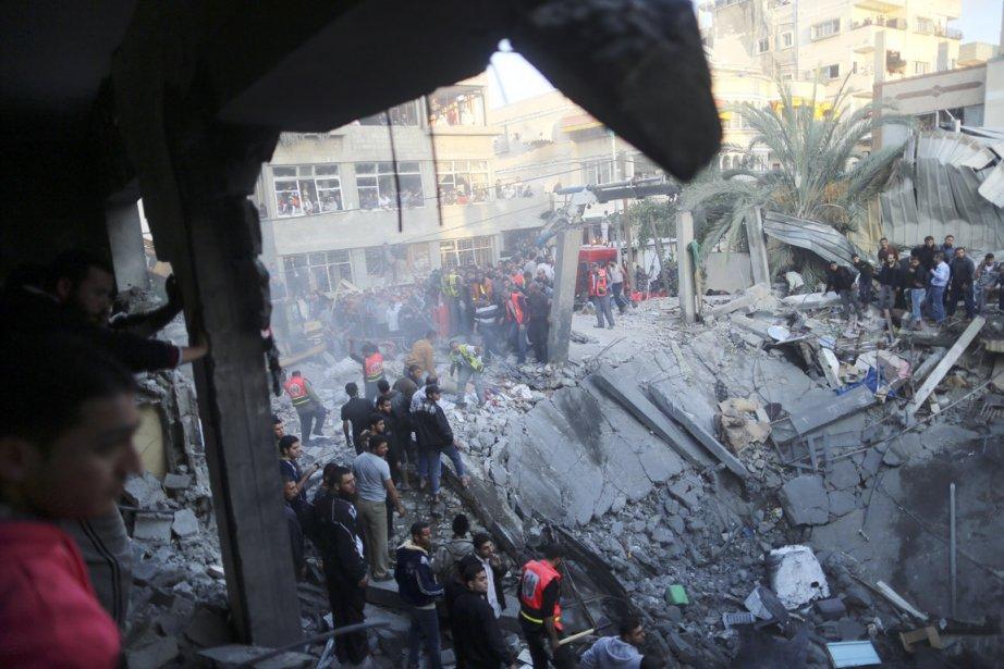 Des Palestiniens se rassemblent autour d'un immeuble détruit par un missile israélien, le 18 novembre. | 19 novembre 2012