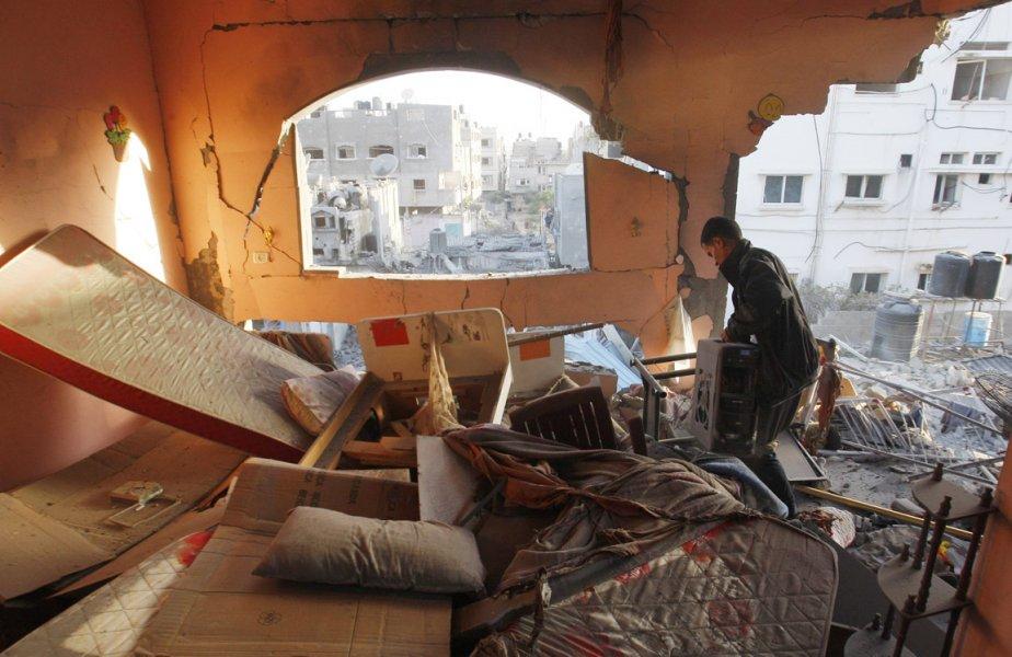 Ce résidant de Gaza inspecte son logement détruit par les bombes israéliennes, à la recherche de quelques objets qui peuvent être récupérés des décombres. | 19 novembre 2012