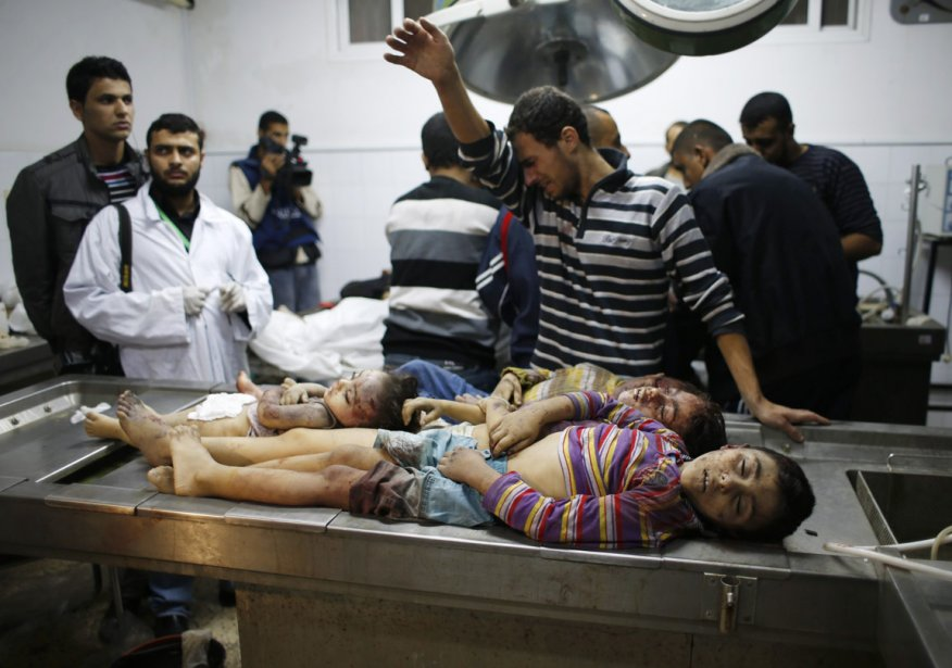 Quatre enfants palestiniens qui ont été au nombre des victimes collatérales des bombardements de l'armée israélienne, au cours de la cinquième journée de l'opération Pilier de défense, reposent à la morgue de l'hôpital Shifa, principal centre médical de la bande de Gaza. | 19 novembre 2012