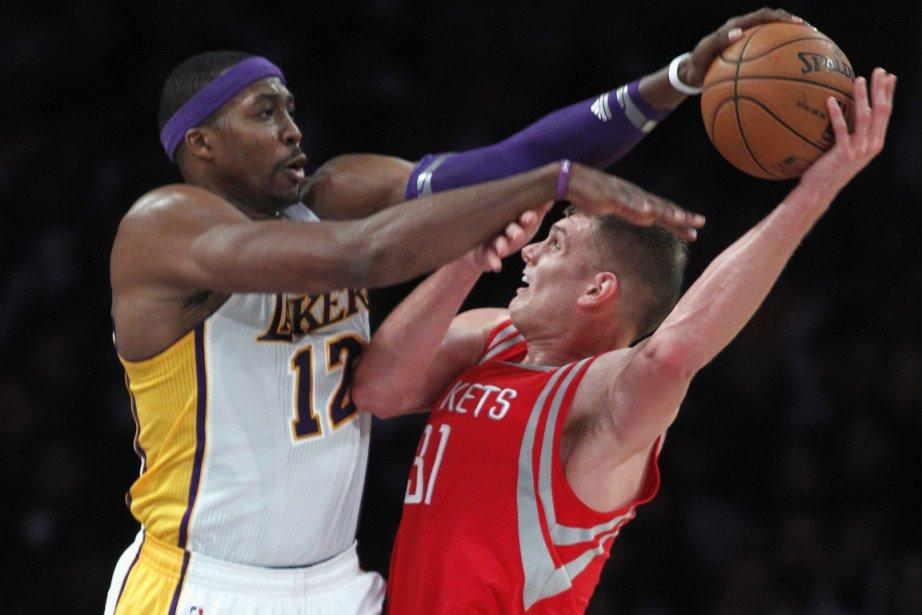 Dwight Howard, des Lakers, bloque un tir de... (Photo: Reuters)