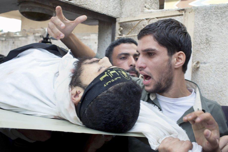 Un combattant palestinien, tué lors des bombardements de l'armée israélienne, est mené à son dernier repos. | 19 novembre 2012