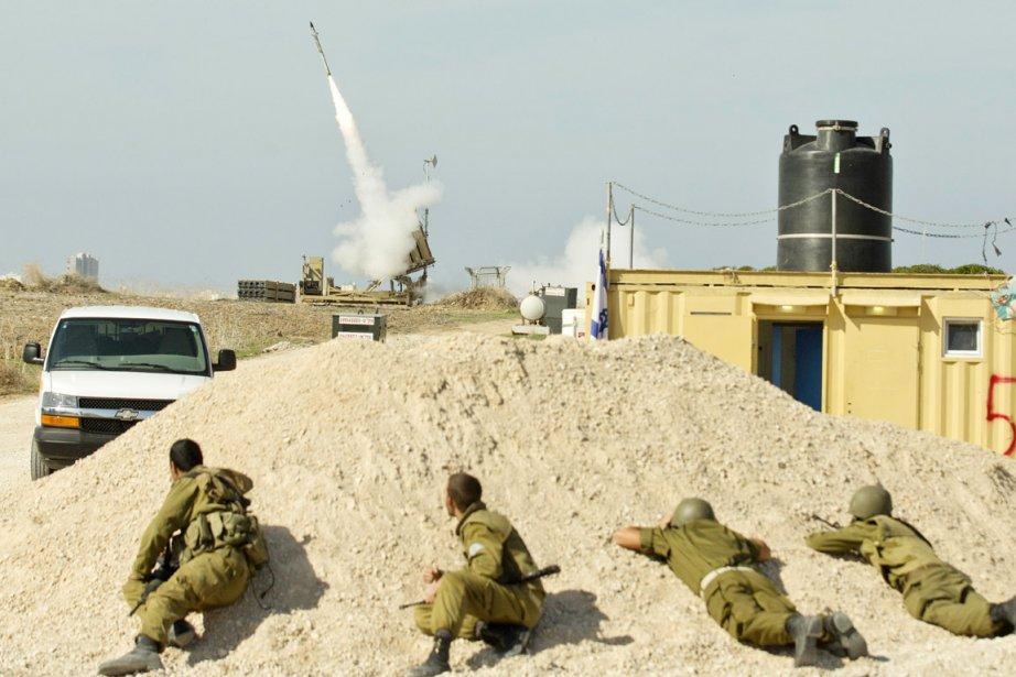 Des soldats israéliens observent le lancement d'un antimissile à partir du «dôme d'acier», un système qui parvient à intercepter en plein vol plus de la moitié des roquettes palestiniennes. | 19 novembre 2012