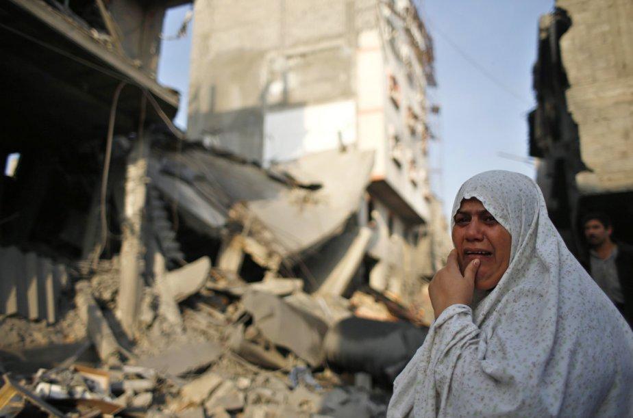 Une Palestinienne fond en larmes devant une maison détruite par un raid de l'armée israélienne à Gaza City, le 19 novembre. | 19 novembre 2012
