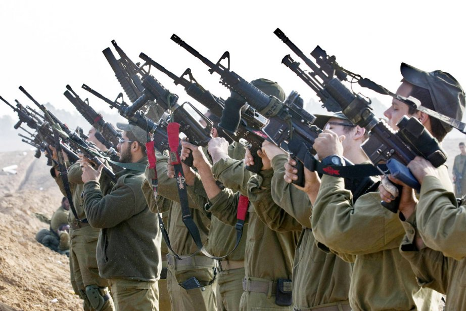 Un escadron de soldats israéliens stationné à la frontière entre Israël et Gaza, le 19 novembre. | 19 novembre 2012