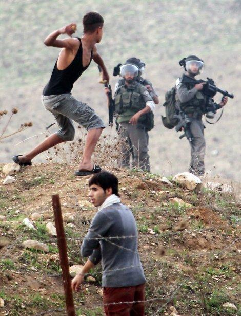 Un jeune Palestinien lance un caillou en direction de soldats israéliens, lors d'affrontements ayant éclaté à Naplouse, en Cisjordanie, le 18 novembre. | 19 novembre 2012