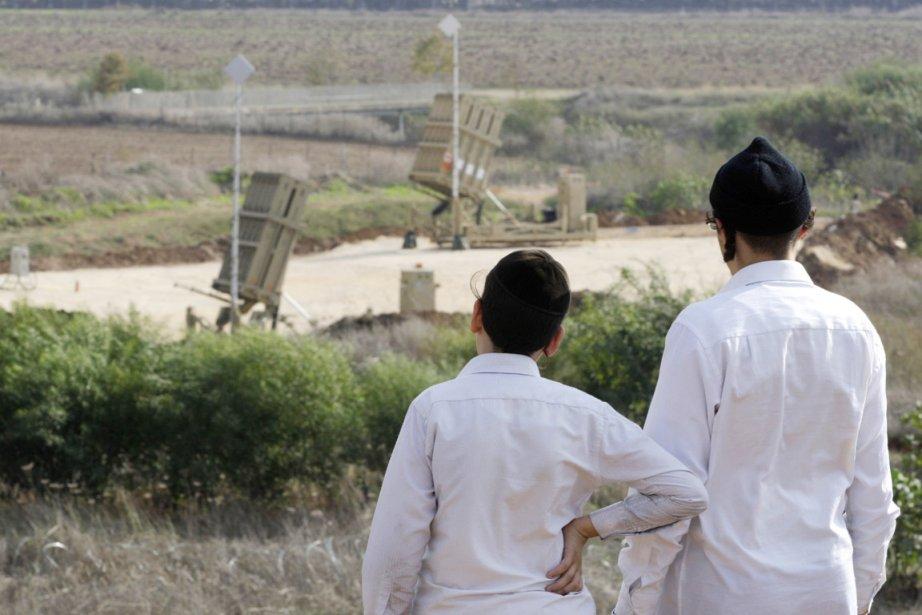 Deux jeunes  juifs ultra-orthodoxes israéliens regardent des Dômes de fer, système antimissile israélien capable d'intercepter plus de la moitié des roquettes palestiniennes. | 19 novembre 2012