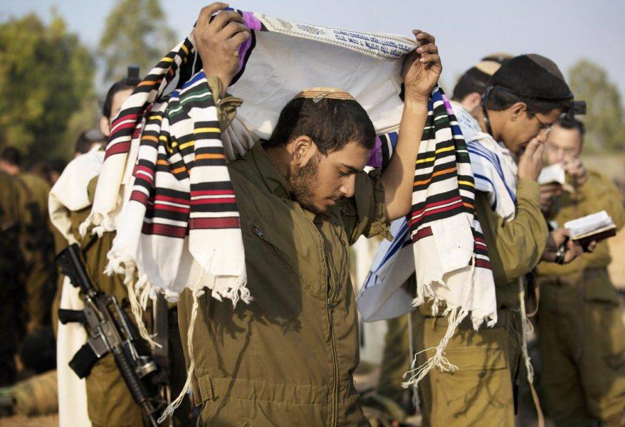 Des soldats israéliens effectuent leur prière matinale, alors qu'ils sont stationnés à la frontière de Gaza, dans l'éventualité que Tsahal lance une offensive terrestre, le 19 novembre. | 19 novembre 2012
