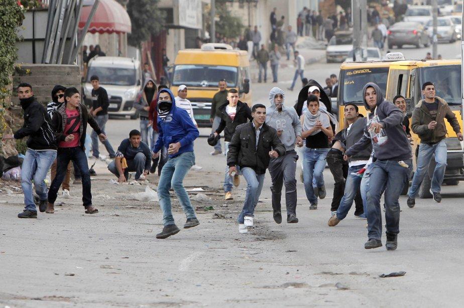 Munis de cailloux, ces jeunes palestiniens affrontent les soldats de Tsahal, lors d'une manifestation dénonçant les bombardements de l'armée israélienne sur Gaza, tenu au point de contrôle de Qalandia, en Cisjordanie, le 19 novembre. | 19 novembre 2012