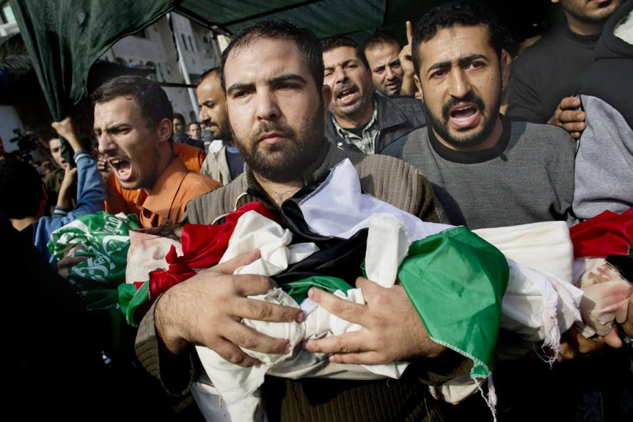 Alors que les bombardements par air et mer se poursuivaient sur le territoire palestinien, des centaines de Palestiniens ont participé lundi matin à Gaza aux funérailles de neuf membres de la même famille, tués la veille par une frappe israélienne sur leur maison. | 19 novembre 2012