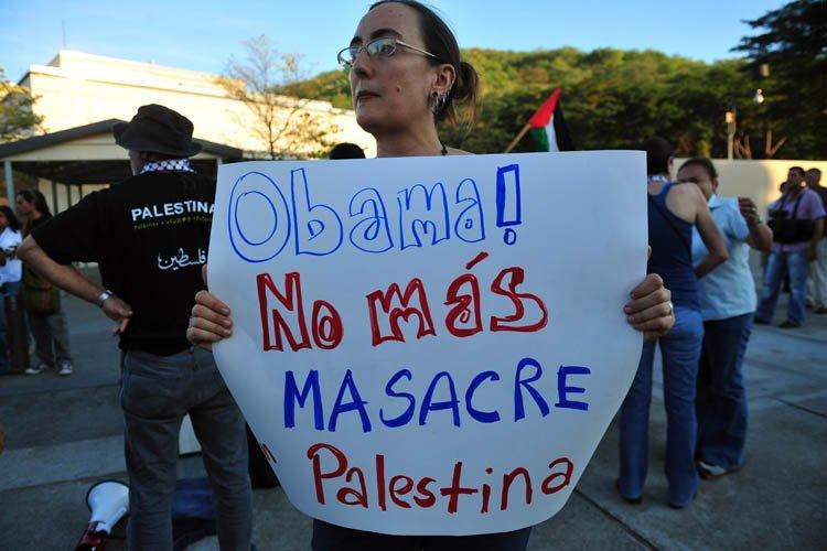 Une manifestante pro-palestinienne a brandi une pancarte accusant... (Photo: AFP)