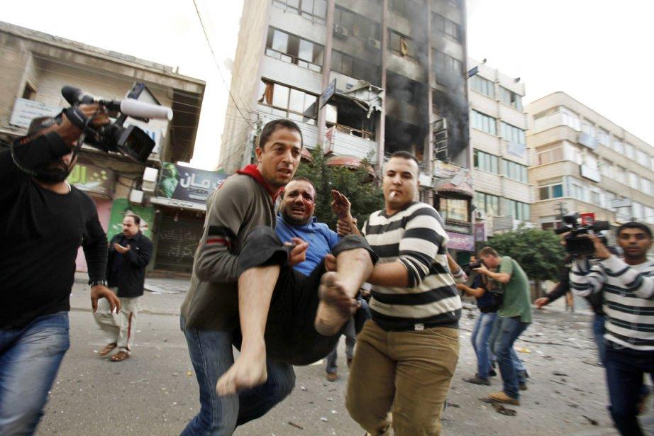 Un Palestinien blessé est évacué à la suite... (PHOTO SUHAIB SALEM, REUTERS)