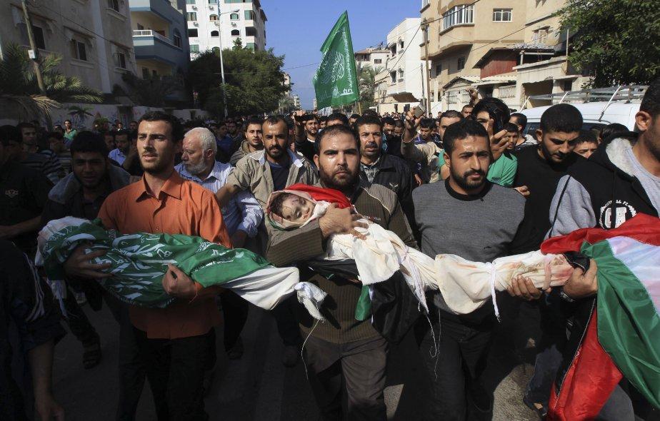 Des Palestiniens en deuil transportent le 19 novembre les corps de la famille Al-Dalo pendant une procession funèbre à Gaza. La maison des Al-Dalo a été détruite la veille par un missile israélien, tuant 10 membres d?une même famille, dont quatre enfants. | 20 novembre 2012