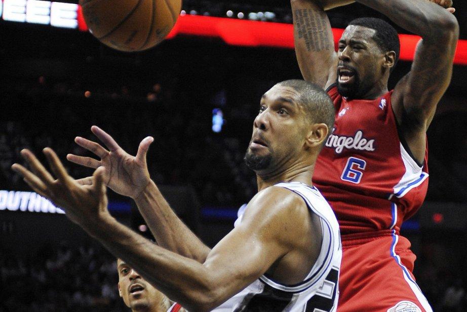 Tim Duncan, des Spurs, s'empare d'un rebond devant... (Photo: AP)