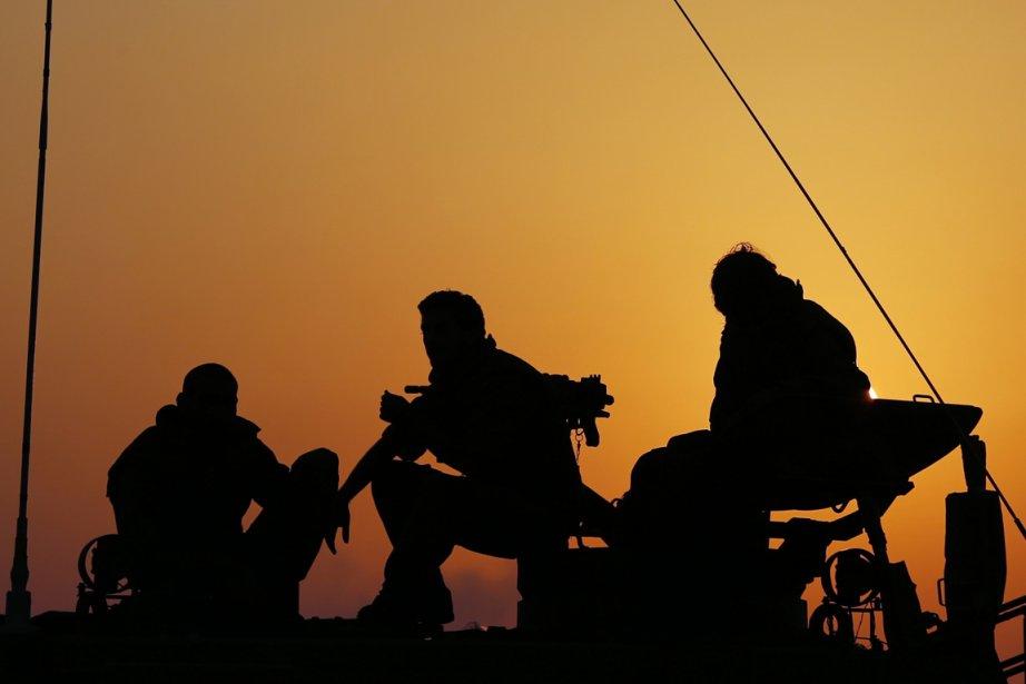 Des soldats israéliens en attente.... (Photo Reuters)