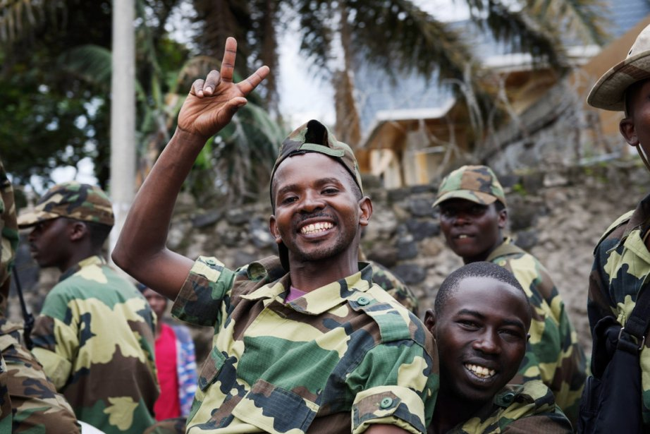 Des rebelles du M23 célèbrent leur entrée dans... (PHOTO PHIL MOORE, AFP)