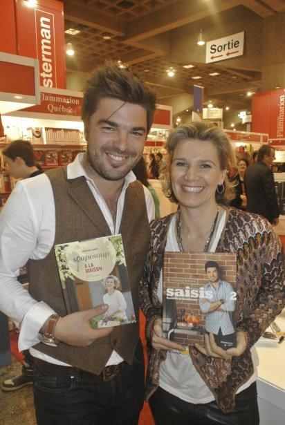 Caroline Dumas et Louis-François Marcotte ont-ils décidé de se faire un échange de cadeaux? Ils posent devant leurs livres de recettes Soupesoup à la maison et Saisi 2, raviver le barbecue. | 22 novembre 2012
