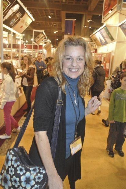 Sylvie Moreau dans les allées du Salon du livre, juste après avoir participé à la table ronde des 75 ans de l'Union des artistes dont le livre était également en vedette au Salon du livre 2012. | 22 novembre 2012