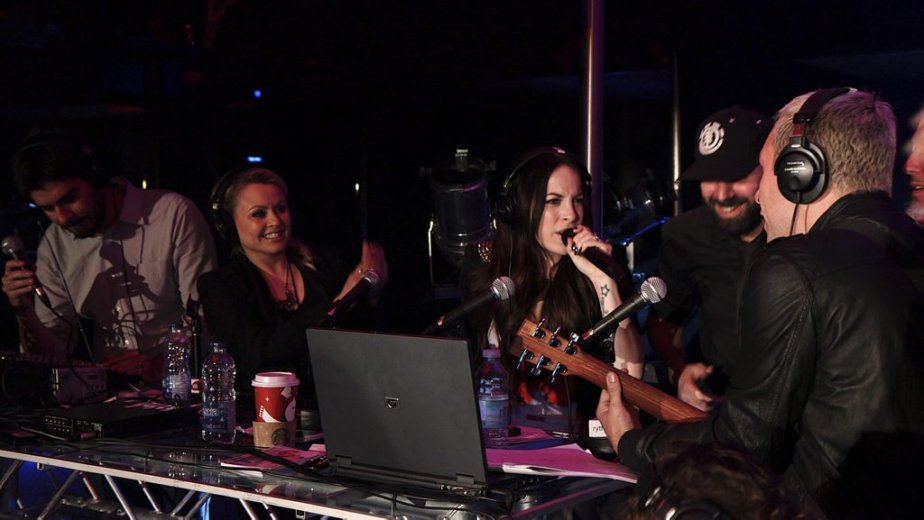 Marie-Mai a fait un beau cadeau à Mitsou en lui chantant des chansons de son nouvel album. | 22 novembre 2012