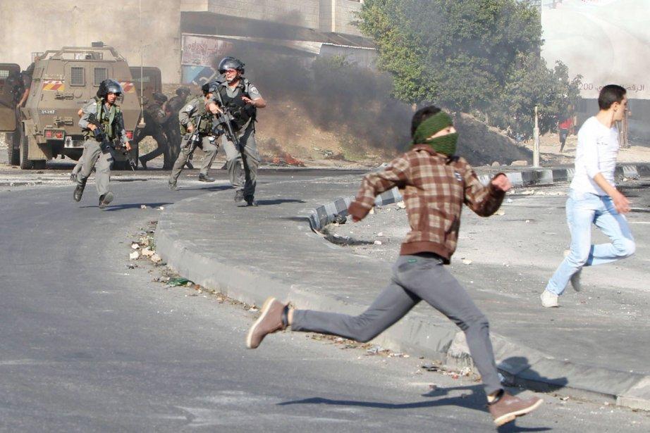 Des militants palestiniens et des soldats israéliens se... (PHOTO JAAFAR ASHTIYEH, AFP)