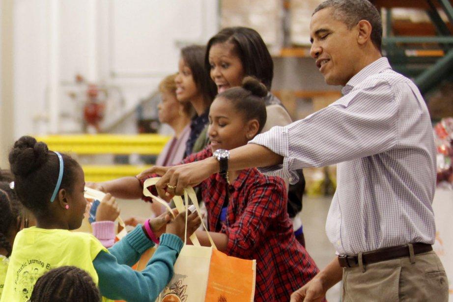 Les Obama ont participé à la distribution de... (PHOTO YURI GRIPAS, REUTERS)