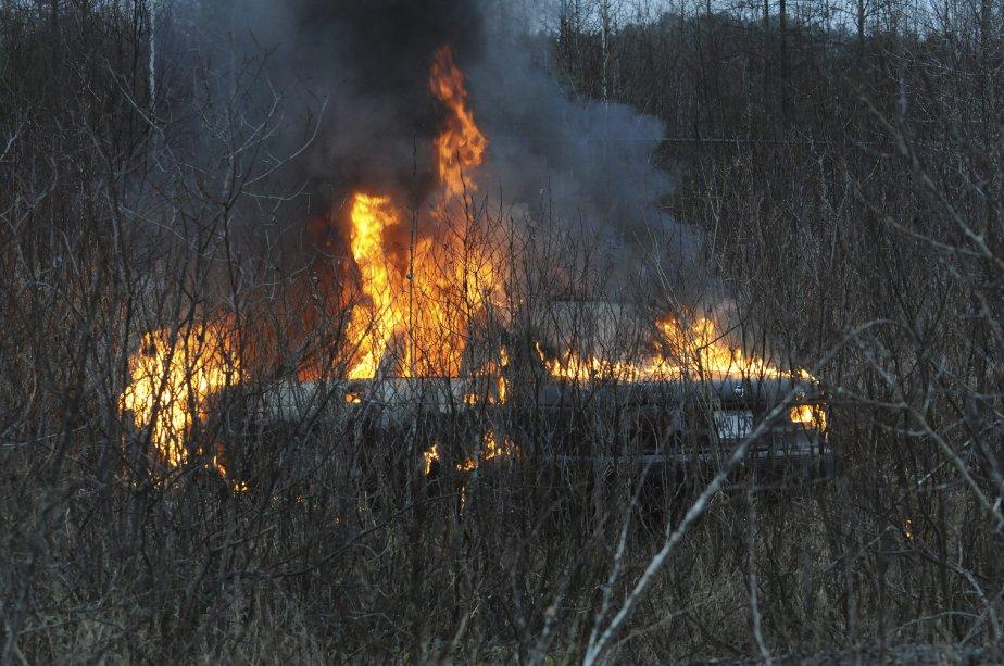 Un véhicule en flammes a nécessité l'intervention des policiers et... | 2012-11-22 00:00:00.000