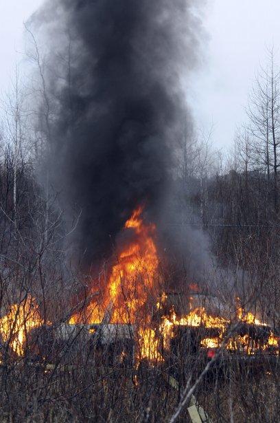 Un véhicule en flammes a nécessité l?intervention des policiers et des pompiers de Saguenay,  ce matin, dans un boisé situé à proximité du 2450 rang Saint-Martin, à Chicoutimi. | 22 novembre 2012