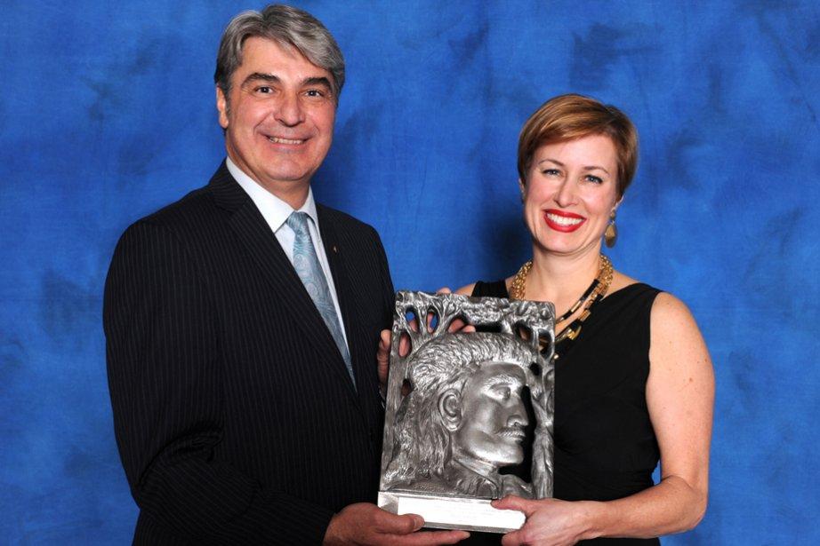 Le prix de la personnalité féminine de l'année a été remis à Diane Chaîné, présidente de Progi des mains de Denis Gamache, F. Adm. A, CMC, directeur général, Centre financier aux entreprises Desjardins de Trois-Rivières. | 22 novembre 2012