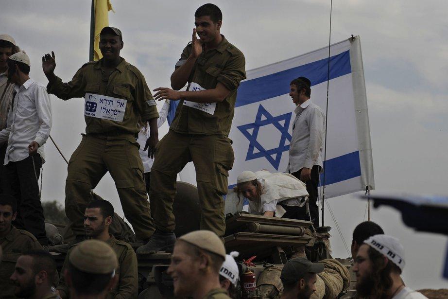 Des soldats israéliens s'apprêtent à quitter une zone... (Photo David Buimovitch, AFP)