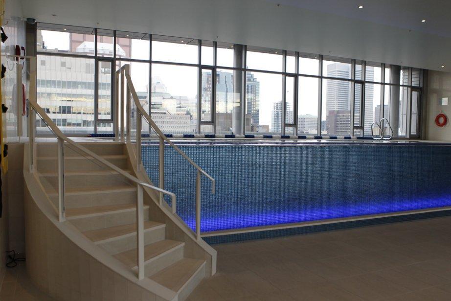 Dans le cadre de sa remise à neuf, qui a commencé en 2008 jusqu?à sa réouverture le 28 mai 2012, le Ritz-Carlton Montréal a gagné une piscine à débordement, avec un système au sel. Celle-ci, bordée d?une terrasse, se trouve au 12e étage | 22 novembre 2012