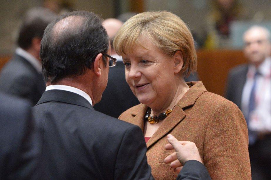 La chancelière allemande Angela Merkel en discussion avec... (PHOTO BERTRAND LANGLOIS, AFP)