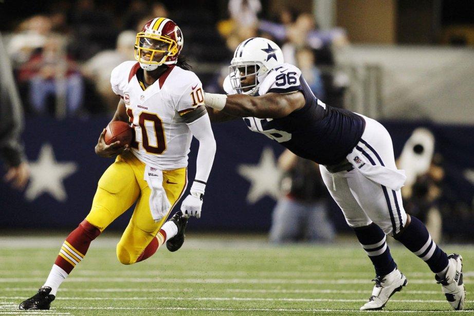 Le quart des RedskinsRobert Griffin III évite un... (PHOTO MIKE STONE, REUTERS)