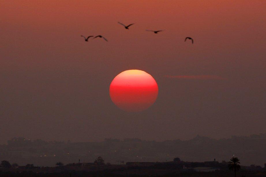 Le soleil se lève sur la bande de... (PHOTO YANNIS BEHRAKIS, REUTERS)