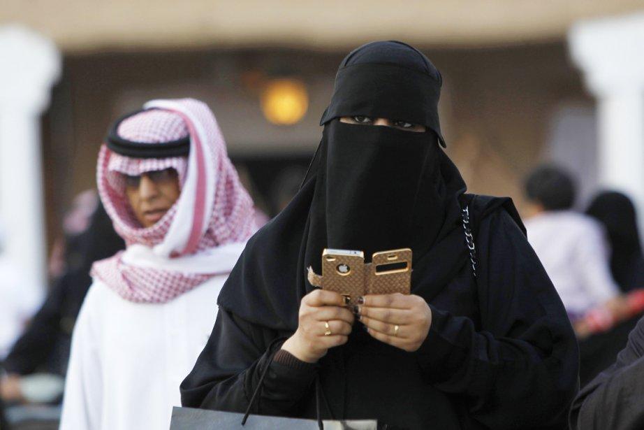 Le nouveau contrôle par SMS, auquel sont soumises... (PHOTO FAHAD SHADEED, ARCHIVES REUTERS)