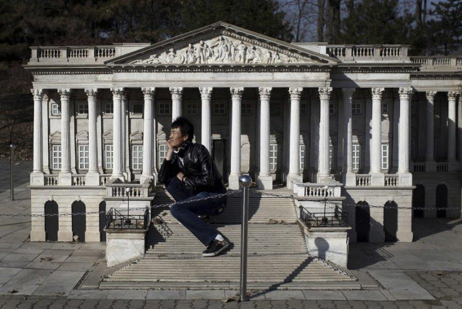 Un géant chinois à côté d'une réplique du capitol de Washington à Pékin. | 23 novembre 2012