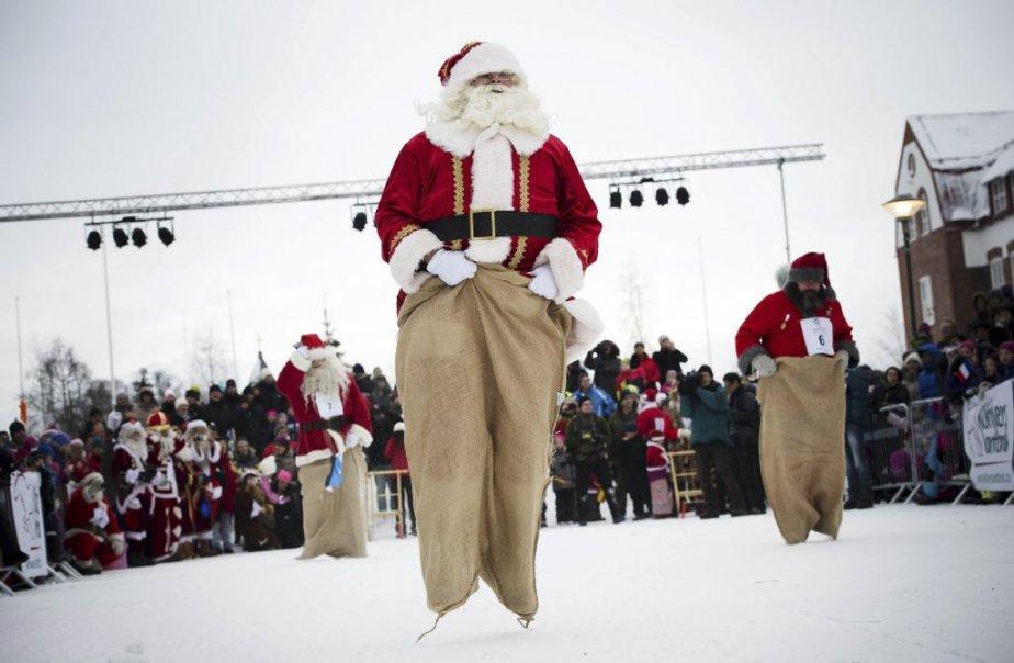 Course inusitée de pères Noël aux jeux d'hiver du père Noël à Gallivare en Suède. | 23 novembre 2012
