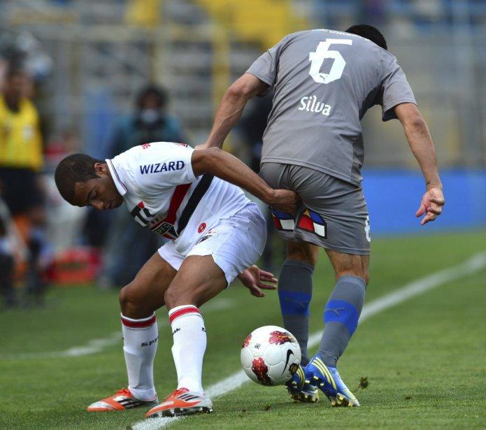 Aie!!! Francisco Silva (à droite) se fait ravir le ballon et sa dignité par Lucas Moura à Santiago au Chili. | 23 novembre 2012