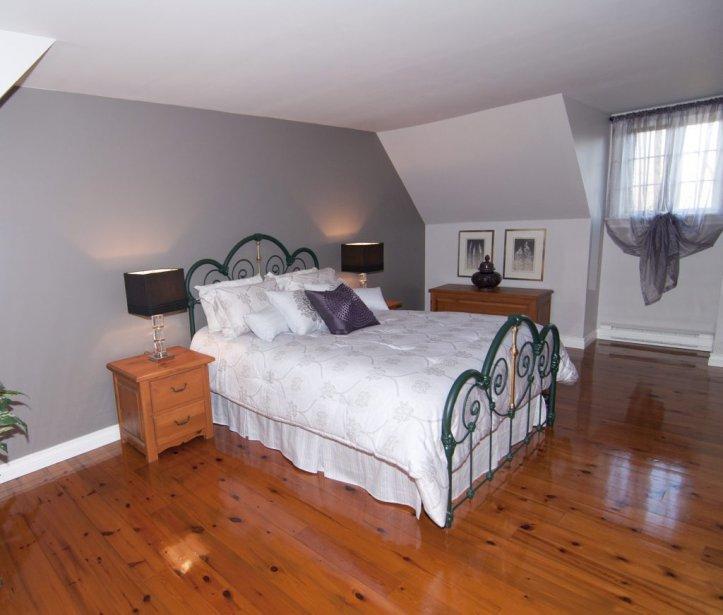 Il y a deux chambres à l'étage. La salle de bains est accessible du couloir et de la chambre principale. | 23 novembre 2012