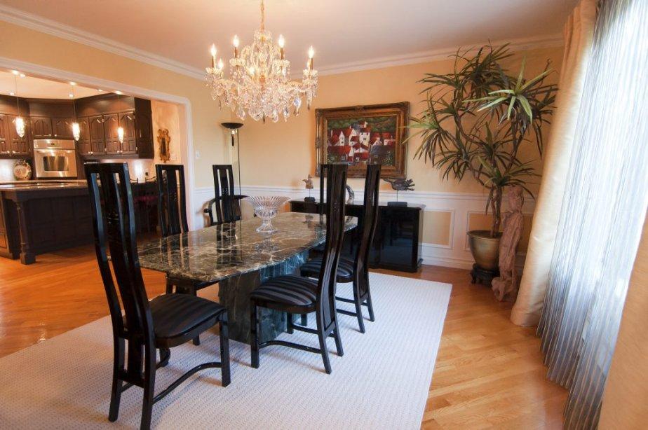 La plupart des planchers sont en chêne. Remarquez l'angle arrondi des moulures entre la salle à manger et la cuisine. | 23 novembre 2012