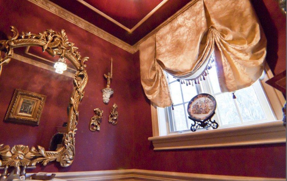 La salle d'eau est richement décorée. | 23 novembre 2012