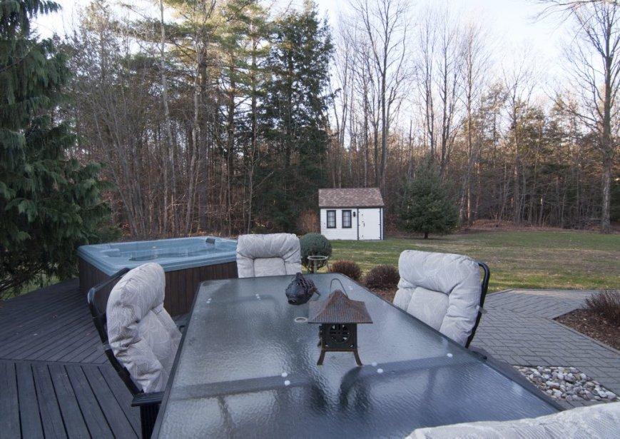 Un boisé borde l'arrière de la propriété. | 23 novembre 2012
