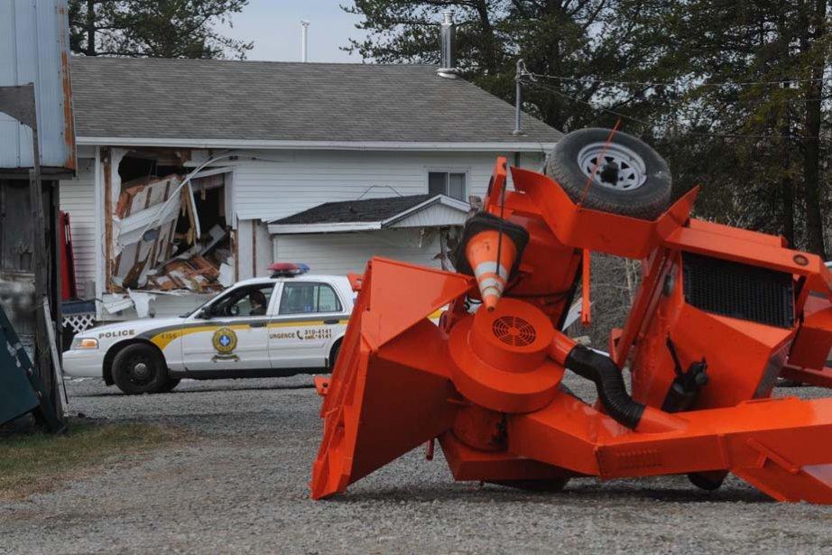 Un homme a volé un tracteur avant de se rendre... | 2012-11-23 00:00:00.000