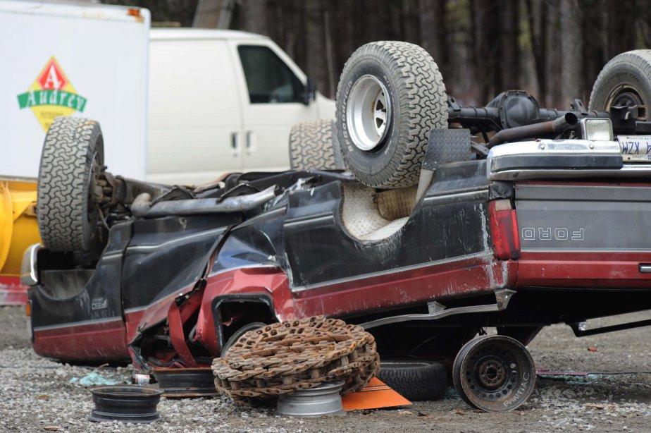 Le toit de cette camionnette a été complètement écrasé après avoir été renversée lors du saccage. | 23 novembre 2012