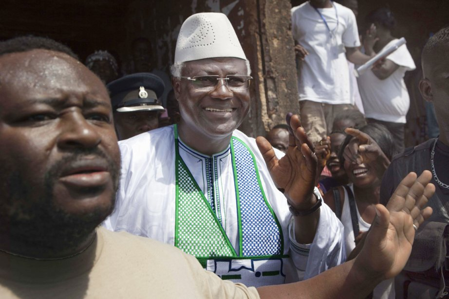 Le président sortantErnest Koroma a été réélu avec... (PHOTO JOE PENNEY, REUTERS)