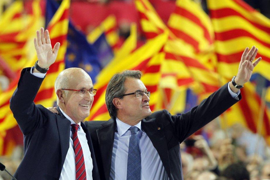 Le candidat Artur Mas(à droite) etJosep Antoni Duran... (PHOTO ALBERT GEA, REUTERS)