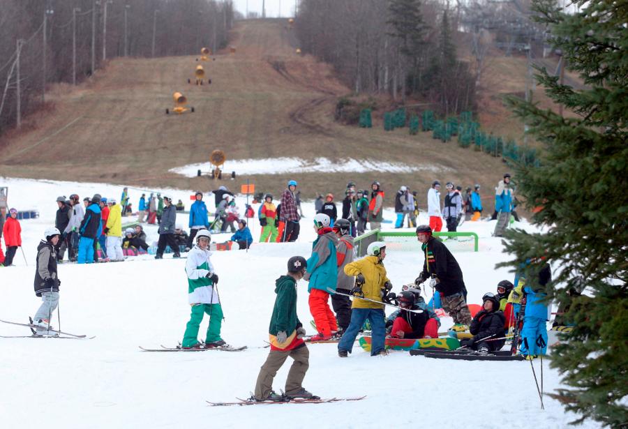 Pas de neige au sol? Qu?à cela ne tienne, les skieurs et les planchistes en manque de glisse ont profité de la journée inaugurale des stations de ski de la région pour aller se dégourdir les jambes. La station Le Relais (photo) a vu sa piste-école et son parc à neige être envahis de skieurs et de planchistes prêts à sauter et à glisser sur les rampes. Stoneham avait aussi ouvert une portion de parc à neige. Le Mont-Sainte-Anne a quant à lui enneigé deux pistes. | 24 novembre 2012