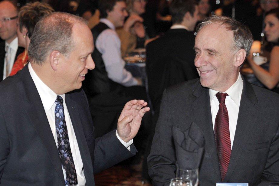 Le ministre responsable de l'Outaouais Stéphane Bergeron, en discussion avec le maire de Gatineau, Marc Bureau. (Martin Roy, LeDroit)