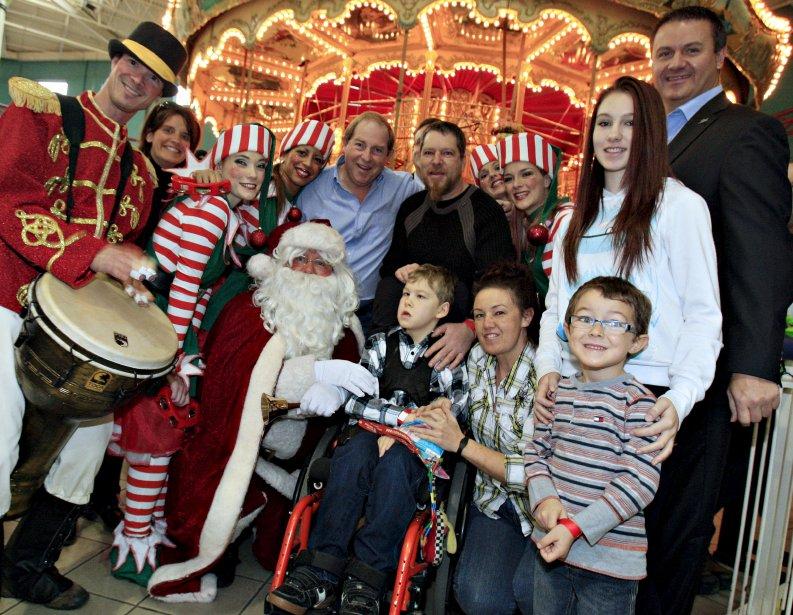 La Fondation Maurice Tanguay a fait plus d'un millier de petits heureux, dimanche, alors que les portes du Méga Parc des Galeries de la Capitale ont été ouvertes plus tôt qu'à l'habitude afin de célébrer Noël en grand. | 26 novembre 2012