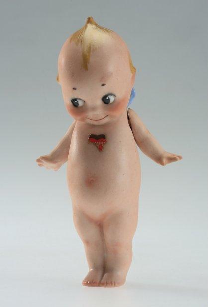 Kewpie, minuscule poupée de céramique, a d'abord été une illustration de magazines féminins, puis est devenue un jouet à partir de 1913. Inspiré de la physionomie de Cupidon, ce «noble combattant de l'injustice sociale» est ensuite devenu la mascotte de Jell-O et Kellogg's. Elle sert souvent, encore aujourd'hui, d'élément décoratif. (Photo: fournie par le Musée McCord)