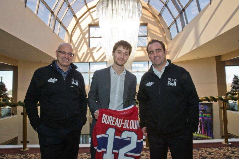Léo Bureau-Blouin, grand fan du Tricolore, s'est vu remettre lundi... | 2012-11-29 00:00:00.000